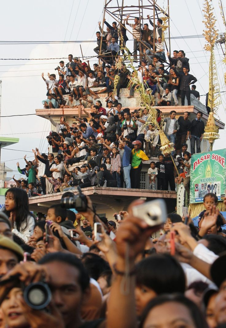 Royal wedding: Thousands of residents and well wishers lined the famed Jalan Malioboro in October 2011 to watch the newlywed royal couple of the House of Yogyakarta parade down the street. Sultan Hamengkubuwono X's daughter Gusti Kanjeng Ratu Bendara married Kanjeng Pangeran Haryo Yudanegara. #royalwedding #yogyakarta #jogjakarta #Indonesia