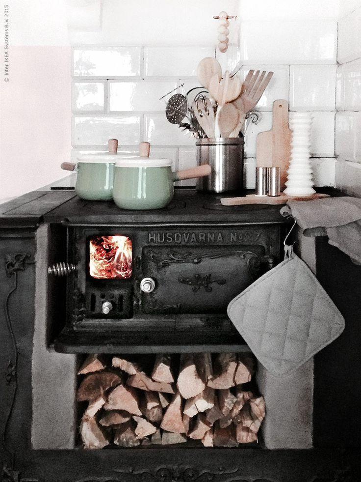 Hemma i Fridas kök: 50-talsflörtiga KASTRULL i emaljerad plåt gör matlagningen extra trevlig! PROPPMÄTT skärbrädor, PLATS salt- & pepparströare och KRYDDIG kryddkvarn, IRIS grytlapp och kökshandduk. RÖRT och IDEALISK köksredskap, GRIPANDE salladsbestick.