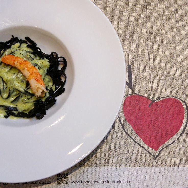 Lenguine negro con salsa cremosa al pesto y langostino
