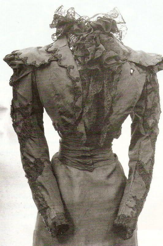 El vestido que llevaba Elizabeth (Sissi) de Austria  el día en que la asesinaron(killed). se ve la marca del estilete