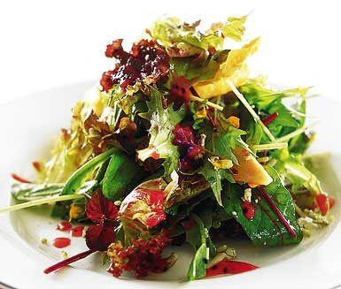 Vill du ha en spännande sallad till maten eller bara en snabb lättlunch? Prova då denna blandade grönsallad med söt bärvinägrett. Häll över vinägretten på den krispiga salladen och strö på salladskrydda. Servera och njut!