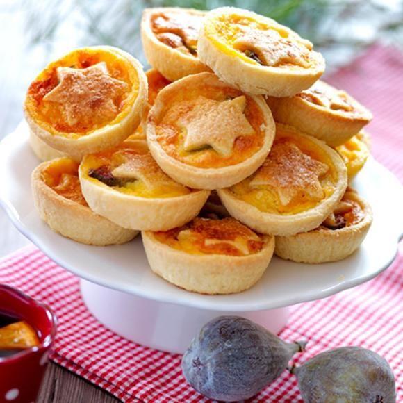 I år tar vi emot gästerna utomhus och serverar ett varmt glöggbål som välkomstdrink. Väl inne väntar godsaker som tomatsoppa med fetaosttopp, kanapéer med syltad kumquats, fläsk med kane...