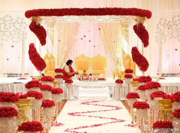 We absolutely love this elegant play of colours! What a timeless design for an #IndianWedding Mandap