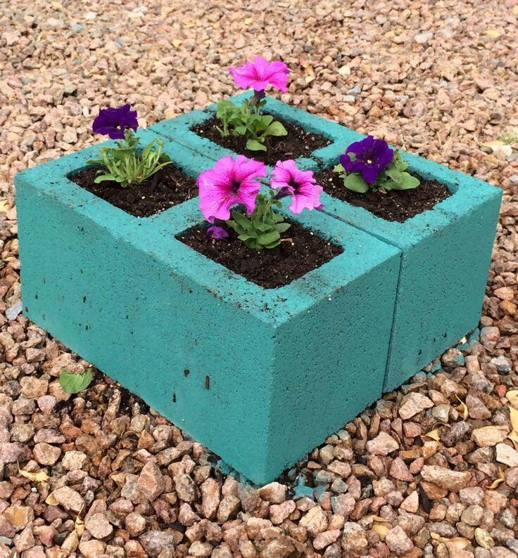 Pinta de colores llamativos blocks de concreto o de cemento para crear bellas decoraciones para tu jardín. Prácticamente puedes usar cualqu...