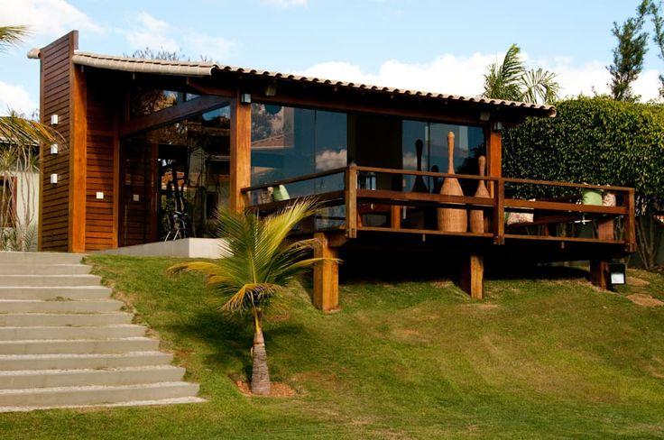 CASA EM VIDRO E MADEIRA: Casas campestres por NATALIE TRAMONTINI ARQUITETURA E INTERIORES