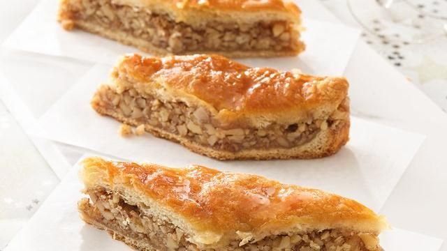 I looooooooooove Baklava! But let's be real, there is no healthy way to enjoy this. Here's a Pillsbury take on the dessert that uses crescent dough instead of complicated phyllo. 150 calories per serving, so ideal for giving to a friend and only enjoying one piece :P