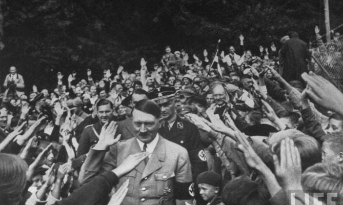 Það myndi vera að bera í bakkafullan lækinn að fara yfir seinni ár Hitlers, enda eru þeir fáir sem ekki þekkja undirstöðuatriði seinni heimstyrjaldarinnar. En færri þekkja hins vegar söguna um hvernig Hitler var kosinn til valda af þýsku þjóðinni fyrir réttum 75 árum.  Barnæskan  Hitler fæddist þann 20. apríl árið 1889 í Braunau-am-Inn í Austurríki, nálægt þýsku landamærunum.    20.4. 2017, IoT, www.netkaup.is  NCO eCommerce , www.nco.is