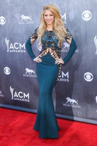 Shakira: Η latin τραγουδίστρια, έδωσε το παρών στα country βραβεία για να τραγουδήσει μαζί με τον έτερο κριτή -συνάδελφο στο αμeρικανικό The Voice, Blake Shelton, φορώντας ένα άκρως αποκαλυπτικό Zuhair Murad (Fall 2014) φόρεμα με web λεπτομέρειες που άφηναν ακάλυπτο το εντυπωσιακό σώμα της. #AMCA14