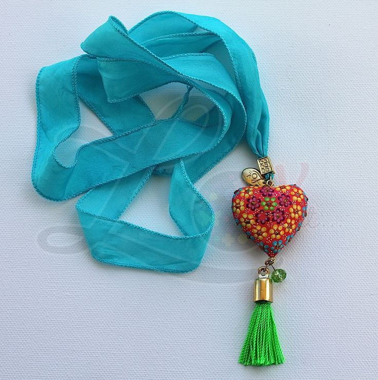 Collar con corazón de madera pintado a mano, listón de seda y pewter. #LovitMx