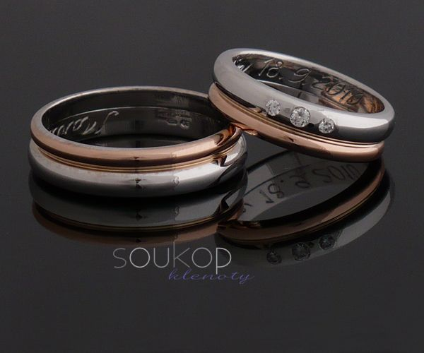 Dvoubarevné snubní prsteny s brilianty Originální snubní prsteny, které jsou tvořeny dvěma kroužky - z bílého a červeného zlata. Dámský snubní prsten je zdoben třemi brilianty 2x1,5mm a 1x2mm.