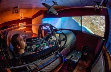 Flugsimulatoren gibt's mittlerweile viele, aber dieser P-51 Mustang Simulator mit Kuppel ist derzeit noch einzigartig! Mehr Infos auf www.flugsimulator-vergleich.de