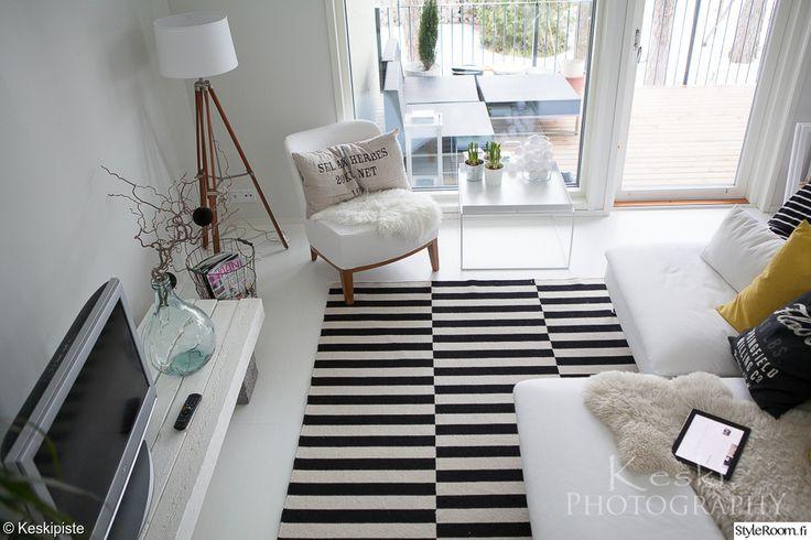 valkoinen sisustus,valkoinen olohuone,mustavalkoinen sisustus,nojatuoli,sohvapöytä
