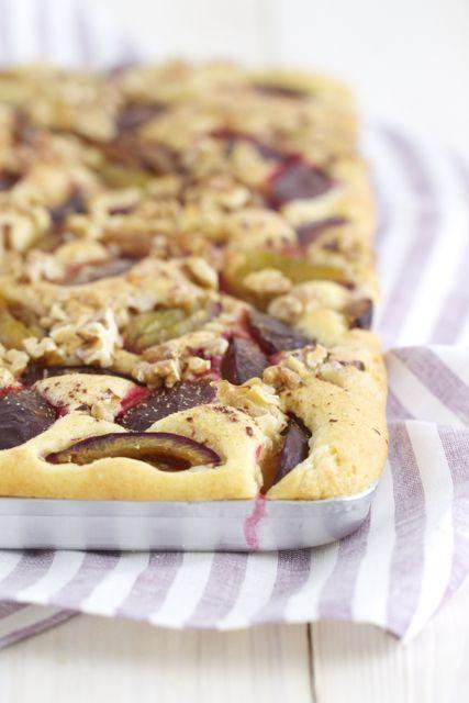 Herbst-Heaven: Zwetschgenkuchen mit Buttermilch, Walnüssen und Zimt. Da fällt der Abschied vom Sommer nicht ganz so schwer.