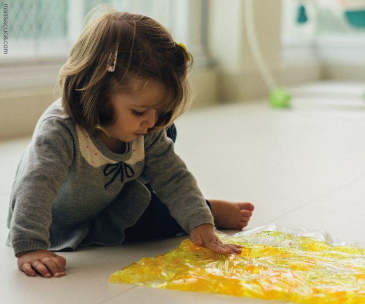Gel, bolinhas e pequenos objetos dentro do saco plástico fascinam as crianças pequenas (foto: Massacuca)