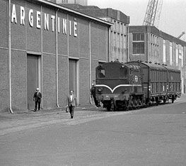 1960's. Storage building Argentinie at the Oostelijke Handelskade in Amsterdam. This building was built in 1915. During the Nazi-occupation of Amsterdam the building used as a temporary storage facility for furnuture and other possessions of Jews who were deported to concentration camps before it was shipped to Germany. The building was demolished in the 1970's. #amsterdam #1960 #OostelijkeHandelskade