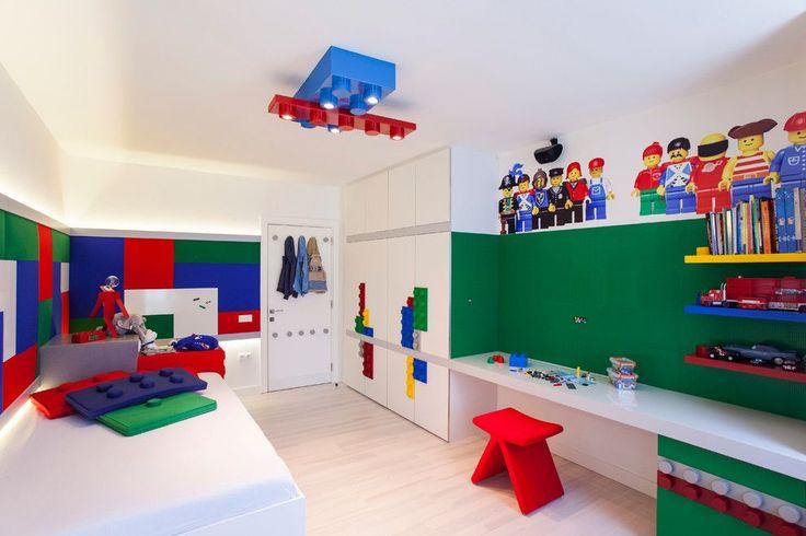 65 идей оформления стен в детской комнате http://happymodern.ru/oformlenie-sten-v-detskojj-komnate/ Комната для любителей лего, стена оформлена как площадка для конструктора, а вверху трафарет любимых героев Смотри больше http://happymodern.ru/oformlenie-sten-v-detskojj-komnate/