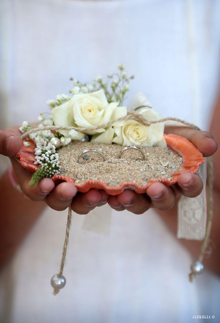 Porta anillos en concha marina con arena de playa y decorado floral, El Taller de Joan