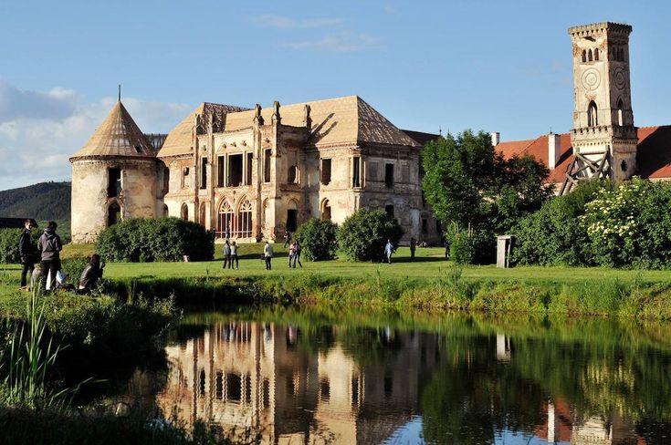 Castelul din Răscruci era folosit ca reședința de vară a familiei Banffy. Clădirea a fost ridicată în anii 1700 în stil neoclasic eclectic. Va fi nevoie de lucrări serioase de reabilitare pentru a-i reda farmecul de altădată.