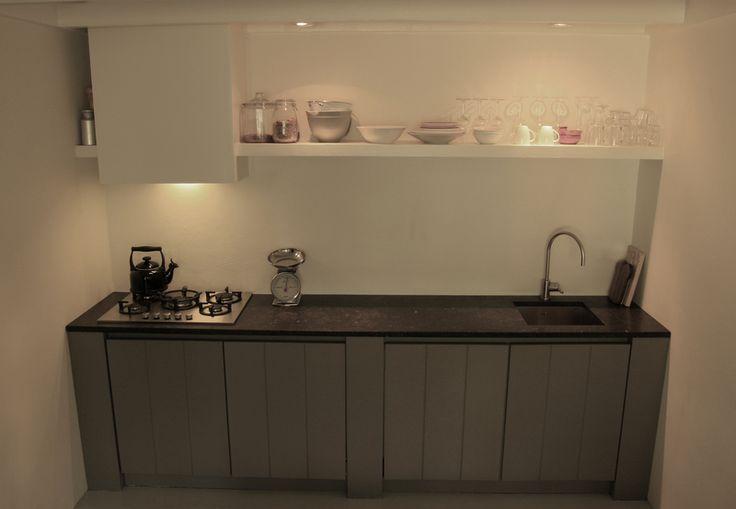 Kleine houten keuken. Wieringh Keukens