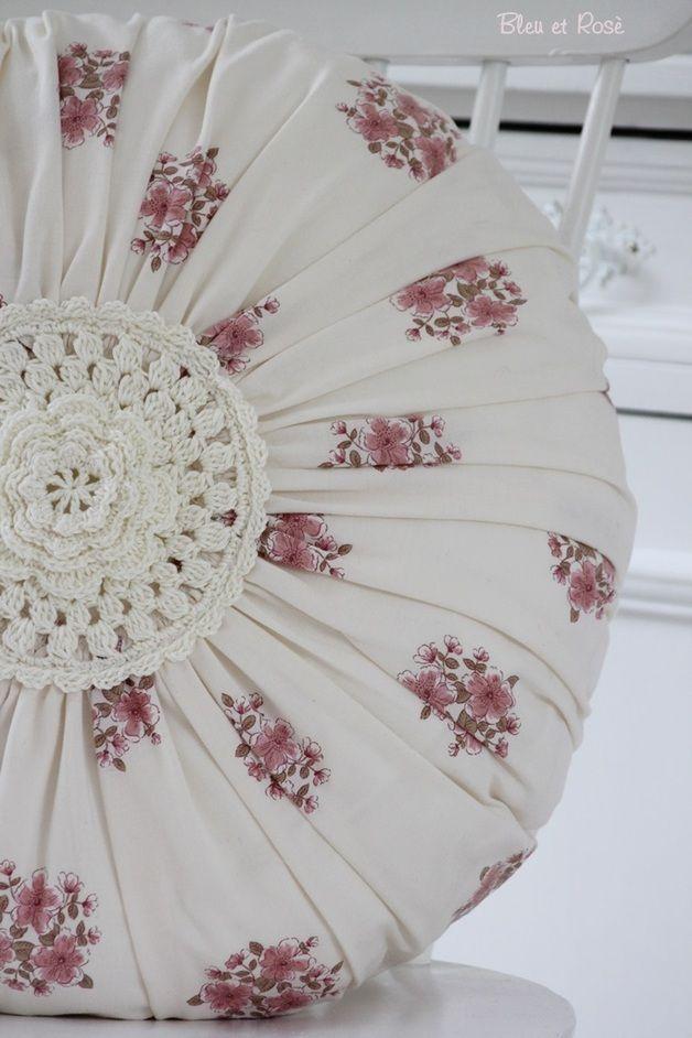 Kissen - Rundes Blumen - Kissen - ein Designerstück von bleuetrose bei DaWanda