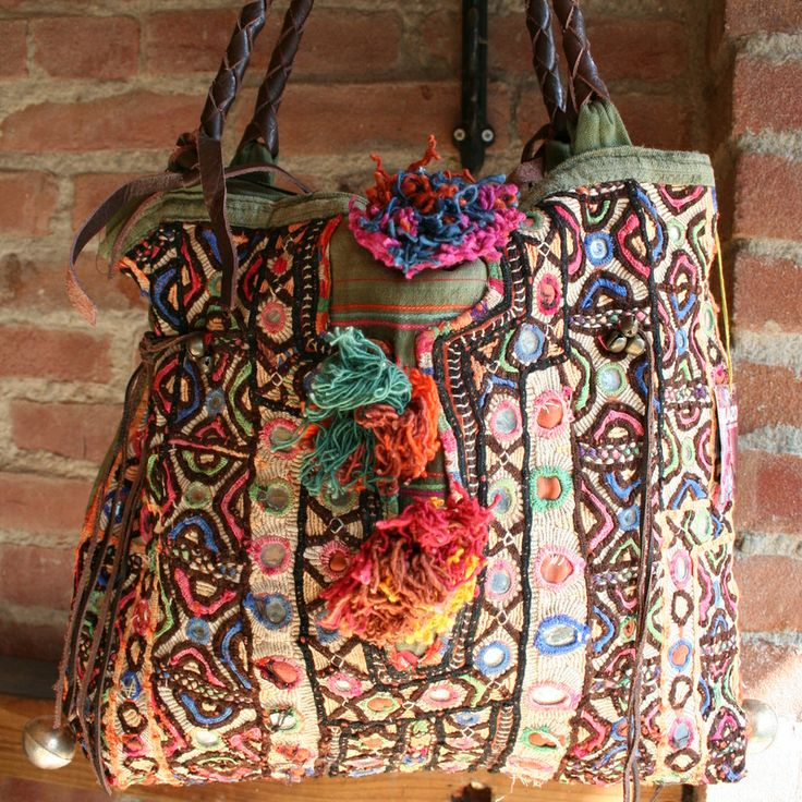 Vous aimez le style bohème ? Voici un de nos magnifiques sacs de la marque Zazo:  Sac Pompon, h 32 x l 36,5 cm. anses 55 cm, VENDU.