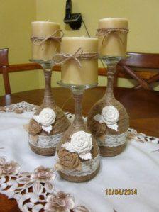 Set van 3 Hand gewikkeld wijnglas Kaarsenbakjes.  Deze zou maken grote elke dag home decor en ook grote giften van Kerstmis of een groot huis opwarming van de aarde cadeau. Elk glas wijn overhandigd verpakt in bindgaren en verfraaid met kant en 2 jute roosjes. Wordt geleverd met vanille geparfumeerde kaarsen.