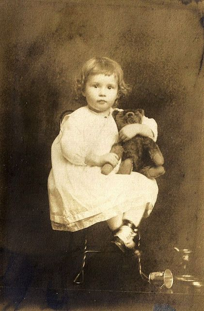 sweet child and teddy, I LOVE THESE PICTURES WITH THE TEDDIES...............TEDDY BEARS