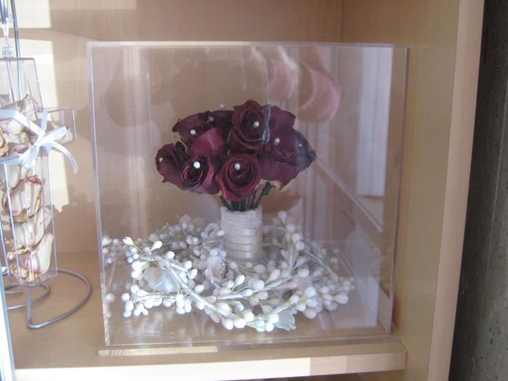 La Novia decido preservar junto con su ramo de rosas rojas, su lazo y el azahar del novio, que lindo detalle ¡@specialtycleaners