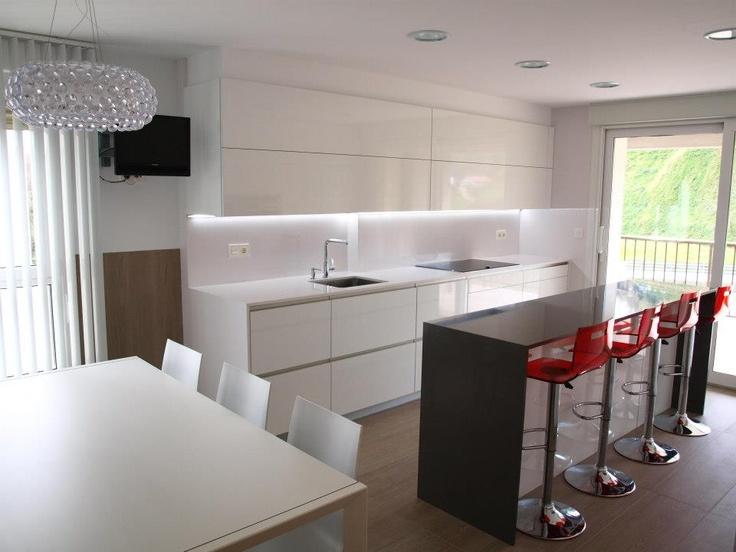 Dise o de cocina con isla central como zona de apoyo de for Cocinas con isla y salon