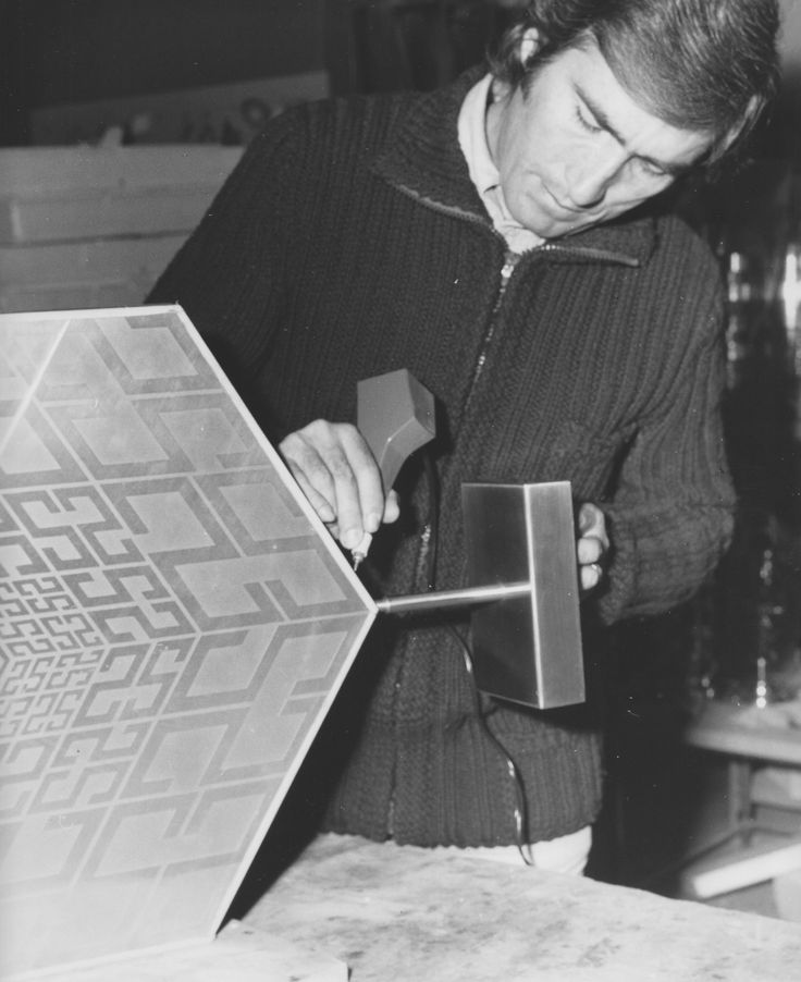 Estuardo Maldonado is at Arser workshop to sign his sculpture. The tecnology used was very difficult for that time: some chemical acids where applied to the metal surface in order to get the artist's geometrical drawing