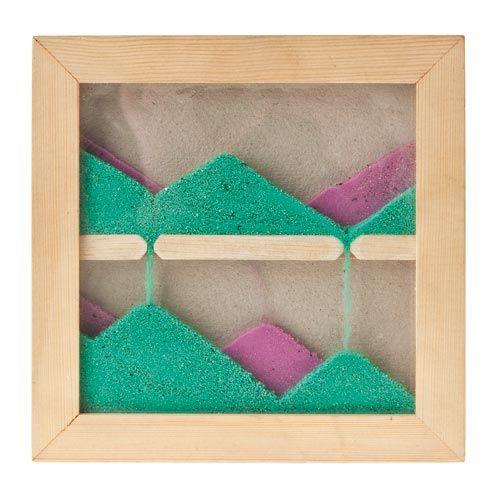 Zandschilderij knutselen d.m.v 3 glasplaatjes krijg je 2 ruimtes, deze vullen met gekleurd zand(tussen het glas opstakels aanbrengen om bergen te vormen)