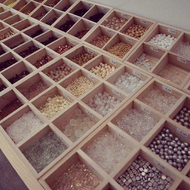 Le comptoir à perles vous attend dès demain et toute la semaine de 11h à 19h30 pour faire votre choix de perles et apprêts â bijoux! #lecomptoiraperles #perles #couleurs #verre #accessoires #DIY #création #beads #glassbeads #glass #colors #fashion #accessories