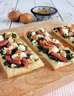Bladerdeeg mini pizza met geitenkaas, spinazie en walnoot  als snack of borrelhapje. Het recept staat op mijn blog Homemade by Joke.