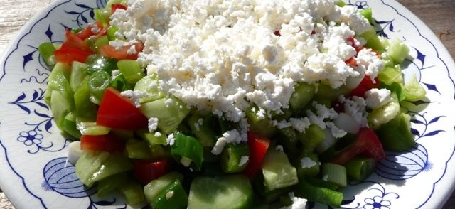 Bulgaarse Shopska Salade recept | Smulweb.nl