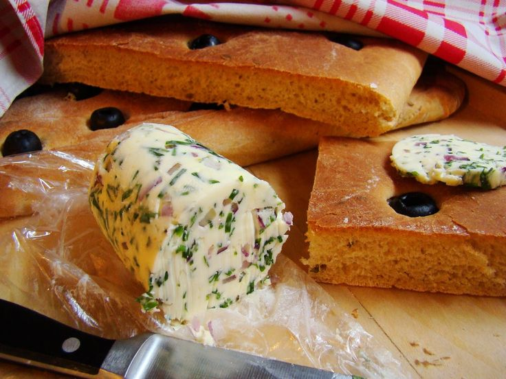 Bylinkové máslo s červenou cibulkou
