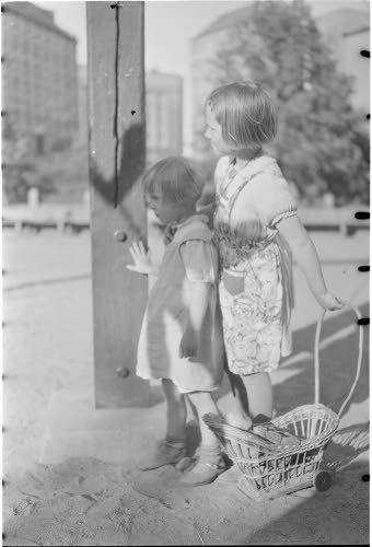 Lapset odottavat vuoroaan kiikulla  Helsinki 1941.06.20. SA-kuva.