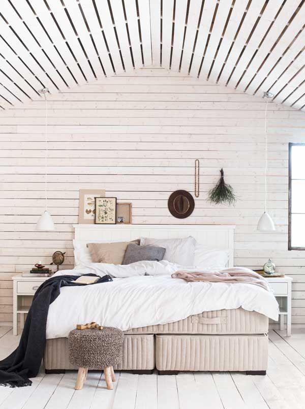Boknäs Uni Nature-sänky,  Boknäs Scandic -sängynpääty ja yöpöydät, Gubi Bestlite -riippuvalaisimet.