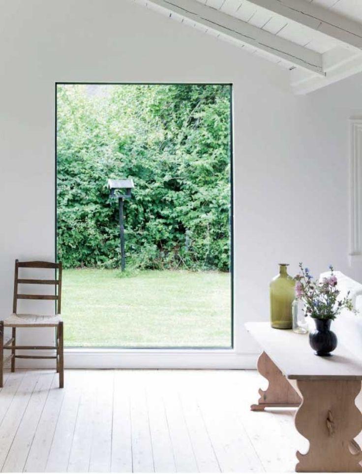 Dags för säsongens första sommarhus, tror jag, och det är en dansk liten svart stuga i vanlig ordning här hos mig. Jag fastnade för det här fönstret. Ett levande konstverk.   Jag drömmer om att hyra en svart stuga vid havet i Danmark någon sommar. Men det är … Continued