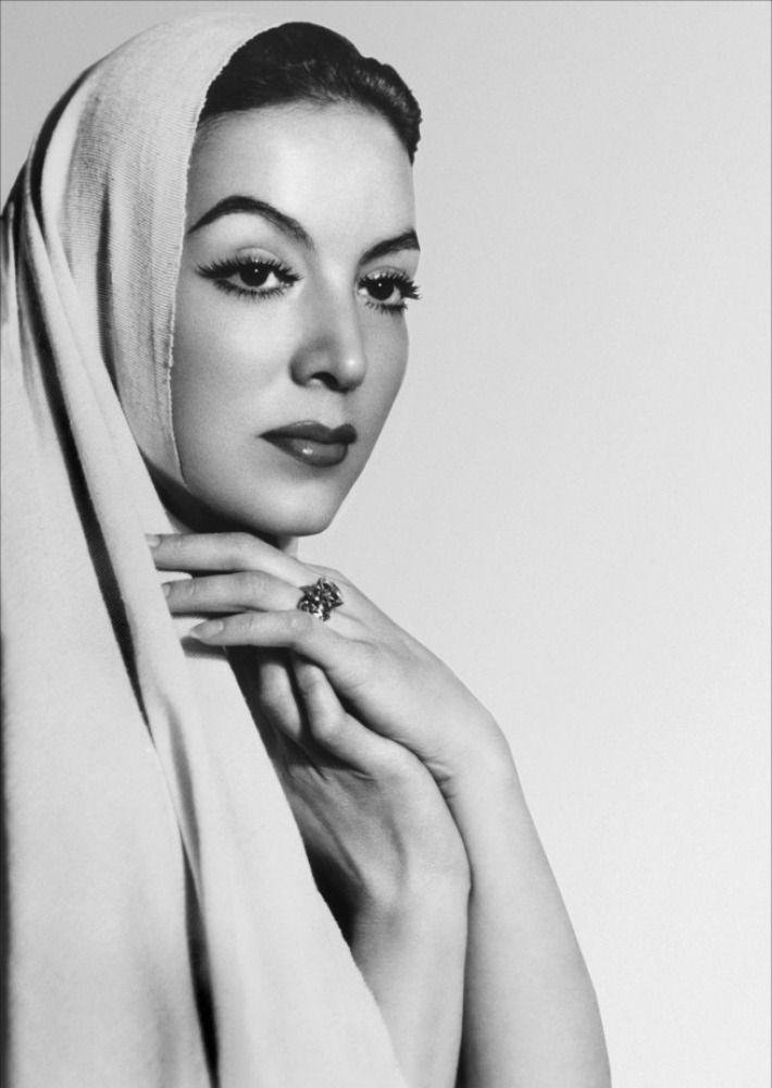 Un resumen de la gran carrera de una de las principales actrices del cine de oro mexicano, La Doña, María Félix, quien logró traspasar fronteras. http://www.linio.com.mx/libros-y-musica/cine/