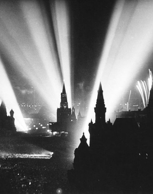 Russia celebrates the end of WWII.        Moscow. 1945.: 1945, World War Ii, Russia, Wwii, Historical Photo, Fireworks, Moscow Red, Germany, Red Squares