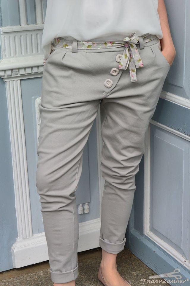 Ludwig Lässig ist eine coole Chinohose für Frauen in Größe 34-48. Durch die diagonale Knopfleiste wird sie garantiert zum Hingucker! Dabei ist sie gar nicht schwer zu nähen. Die Hose ist am Po und den Oberschenkeln etwas tiefer und locker geschnitten, am Unterschenkel ist die Hose schön schmal. Man kann sie lang oder als Shorts nähen, mit Bündchen oder Umschlag und mit 4 verschiedenen Bundformen plus einem Schwangerschaftsbund. Größentabelle Gesäßumfang: Größe 34: 91-96cm Größe 36: 94-100cm…