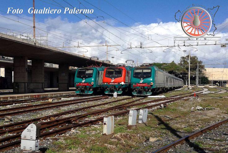 https://flic.kr/p/PAXhCS | LE REGIONALI (Foto del mese n. 80 - Dicembre 2016) | Costruite in oltre 700 esemplari, le locomotive monodirezionali del gruppo E464 rappresentano, indubbiamente, l'ossatura del trasporto regionale italiano. Di queste oltre 20 unità sono assegnate alla DTR (Divisione Trasporto Regionale) Sicilia e tutte al deposito locomotive di Palermo. In questa immagine, scattata a Messina Centrale a novembre 2016, l'unità 084 (2001), la 005 (1999) in livrea ex Leonardo Express…