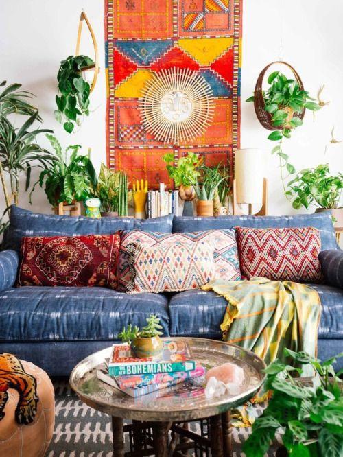 Kleurrijke boho urban jungle woonkamer. Alle kleuren van de regenboog en elke mogelijke plant in één interieur! // via theanxiousgarden.tumblr.com