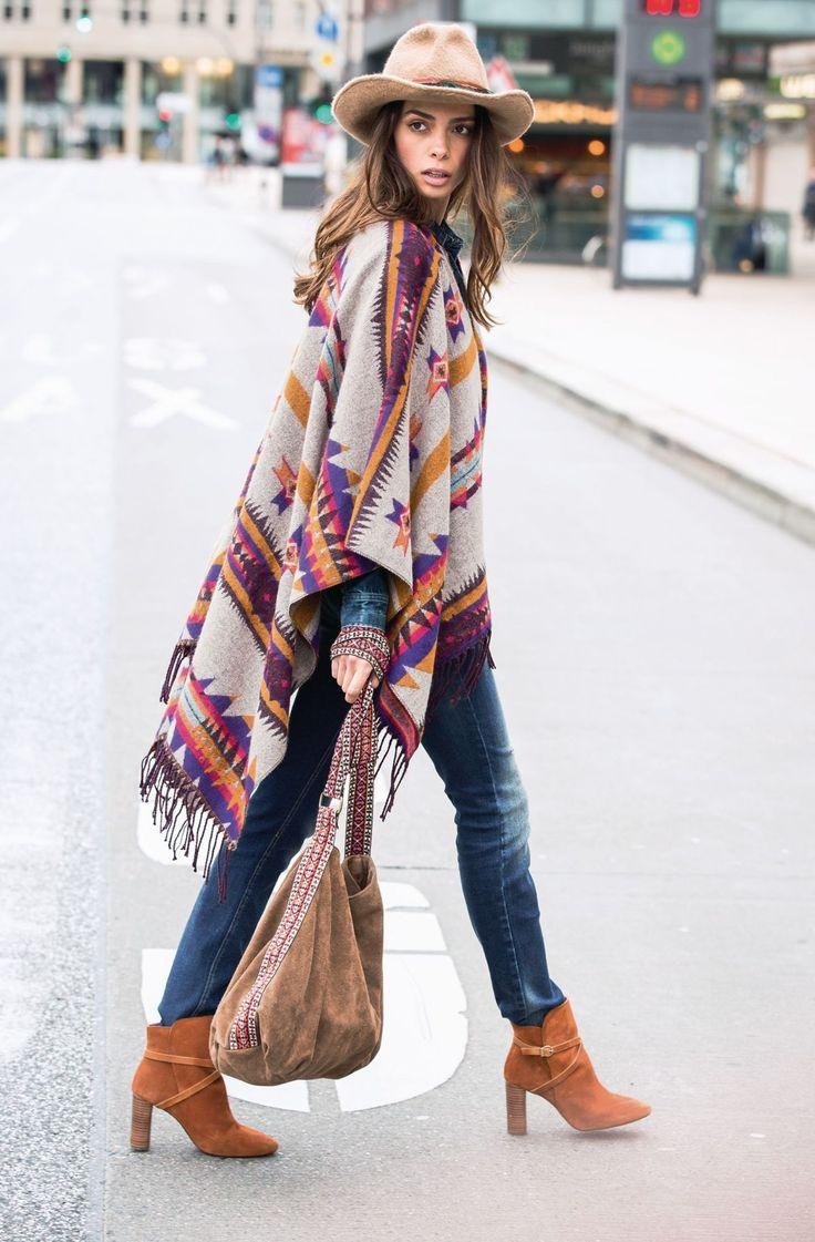 Ponchos sind jetzt supertrendy! Schön weit, im stylischen Ethnomuster - und perfekt in Begleitung zu Jeans und Boots.