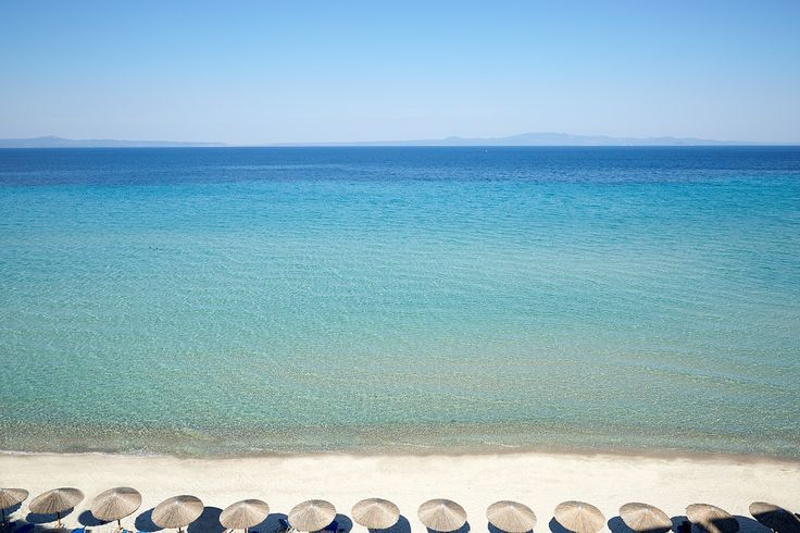 The #AmmonZeus is the only hotel in Kallithea #Halkidiki with direct access to the beach. Just sit back & relax at one of our bay sunbeds while sipping a drink from our pool bar. Service on the beach is provided. Tap our bio link to discover more.