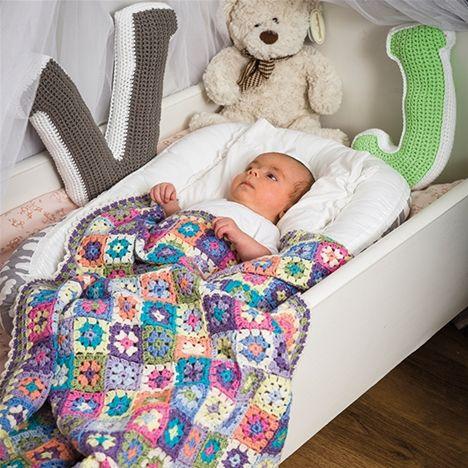 Virka babyfilt och lampskärm med populära mormorsrutor - Hemmets Journal