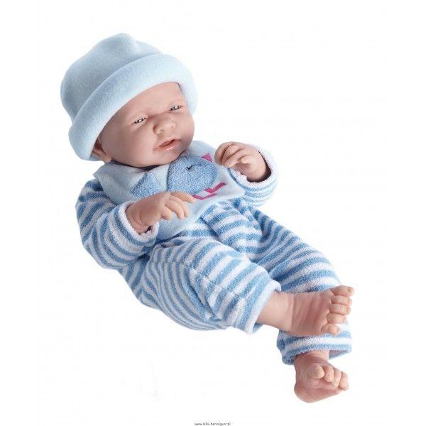 Nino zaspany - lalka bobas 43cm Lalka bobas do złudzenia przypominająca noworodka z zaspaną minką. Wykonana w całości z półmiękkiego winylu, posiada zaznaczoną płeć - chłopczyk. Ubranko dokładnie jak na zdjęciu. Kraj produkcji: Hiszpania Wysokość lali: 43cm Wiek 2+