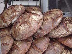 Germany:West Roggenbrot - ライ麦パン ライ麦のパーセンテージが90%以上と非常に高いドイツ人が好んで食べるドッシリとした酸味のあるパン。