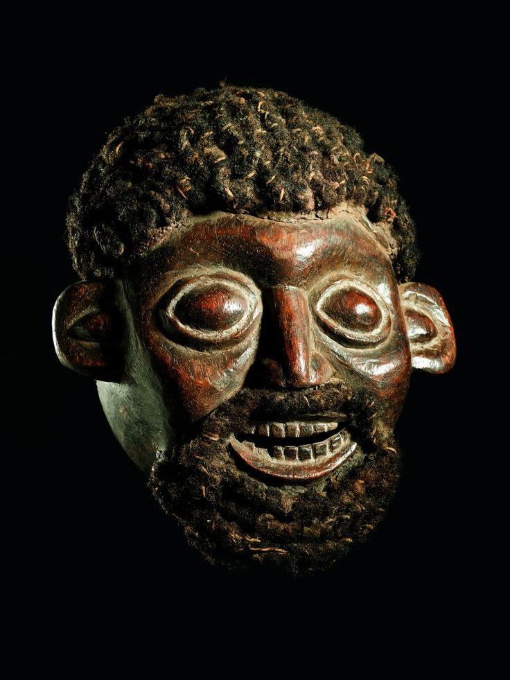 Die zahlreichen Königreiche und Fürstentümer des Kameruner Graslands besassen eine Vielzahl von Maskengestalten. Sie tanzten vor allem bei wichtigen Anlässen, wie der Krönung eines neuen Königs oder bei Gedenkfeiern bedeutender Ahnen und vertraten die Autorität des Herrschers sowie die Interessen des Staates. Ein Maskenensemble, das grundsätzlich nur aus männlichen Tänzern bestand, konnte aus über zwanzig…