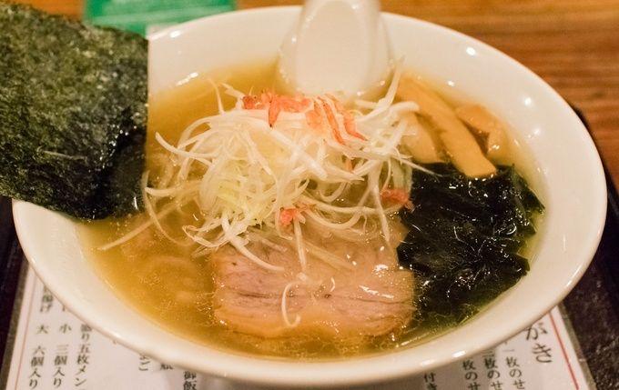 神戸で塩ラーメンが食べたくなったら、まずはここがオススメ。動物や魚介の味わいをバランス良くまとめあげ、深いコクを持たせたスープは個性的且つ絶品。京都の人気製麺所にオーダーする麺との相性も抜群です。最近はガッツリ系のまぜそばも人気があるようで、限定メニューなども積極的に提供するこのお店からはまだまだ目が離せそうにありません。